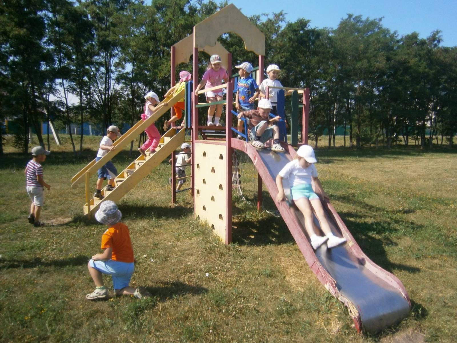 Дети катаются на горке фото